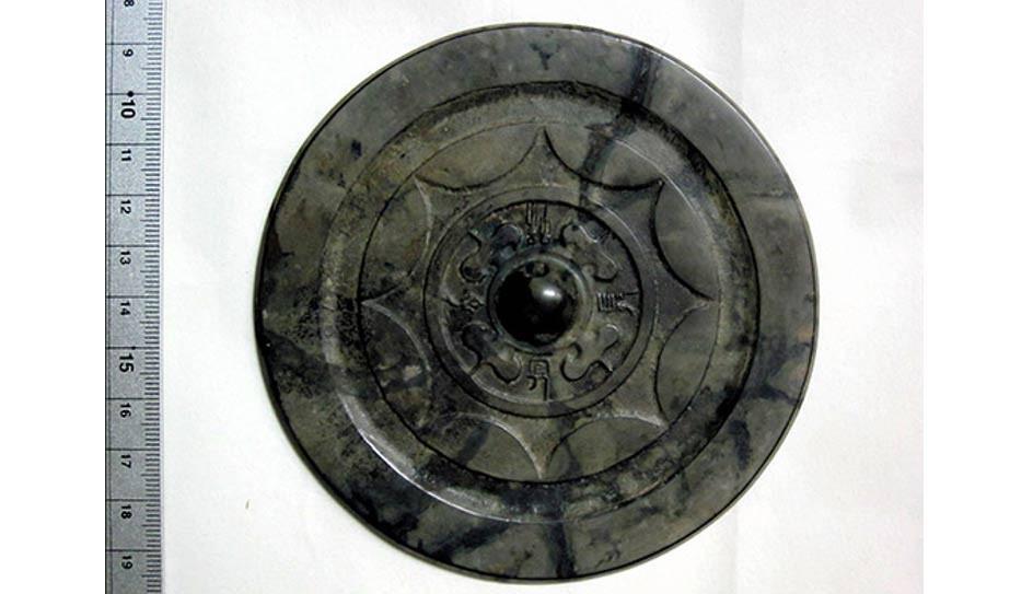 Espelho chinês feito de bronze considerado extremamente raro foi escavado na região japonesa de Fukuoka (Foto: reprodução)