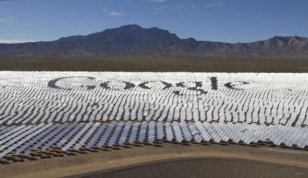 Logotipo do Google é visto em meio aos painéis solares instalados no deserto de Mojave, nos Estados Unidos, onde já funciona a maior usina solar do mundo (Foto: Steve Marcus/Reuters)
