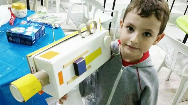 Caio Schineider de 4 anos com sua câmera. (Foto: Alex Ferreira / Arquivo Pessoal)