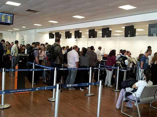 Passageiros em fila de check-in do Aeroporto Internacional de Viracopos, em Campinas, buscam informações sobre cancelamento de voos (Foto: Luciano Calafiori/G1 Campinas)