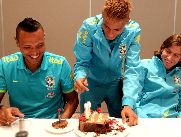 neymar brasil bolo anivers&#225;rio (Foto: Mowa Press)