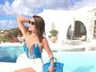 Flávia Alessandra aparece linda em beira de piscina na Grécia