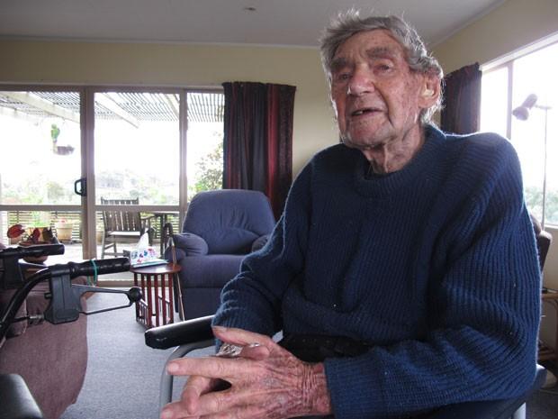 Bob Edwards em sua casa em Ngataki, na Nova Zelândia. Aos 105 anos, ele é considerado o motorista mais velho do país (Foto: Nick Perry/AP)