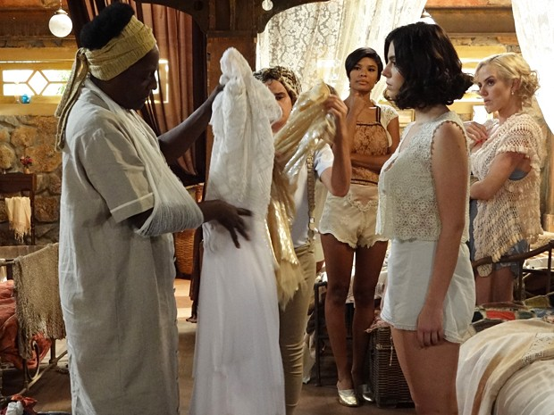 Lindinalva manda Zulmira remendar o vestido de noiva (Foto: Gabriela / TV Globo)