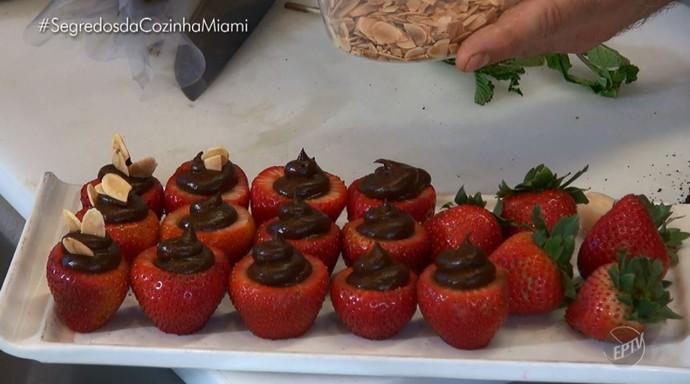 Morango recheado com mousse de abate e chocolate é dica no quadro 'Segredos da Cozinha' (Foto: reprodução EPTV)