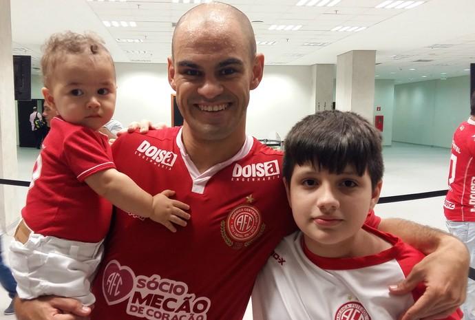 América-Rn Júlio Terceiro filhos comemoração (Foto: Jocaff Souza/GloboEsporte.com)