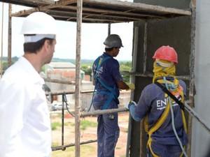 Funcionários se arriscam sem proteção adequada em obras (Foto: Divulgação/ MPT 15ª Região)