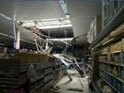 Telhas de supermercado despencam, e idosa fica ferida em Cubatão, SP