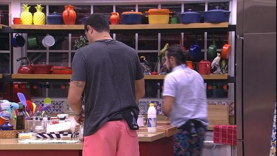 Rômulo e Daniel lancham na cozinha