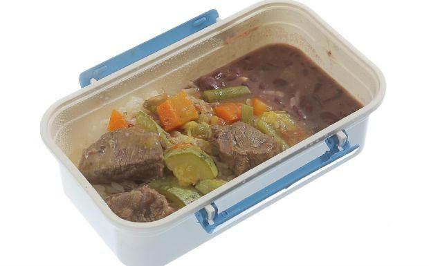 Cozinheiros em Ao - 3 temporada - Ep. 2 - Marmita - Carne com legumes, arroz, feijo e salada de repolho com iogurte (Foto: Adalberto de Melo
