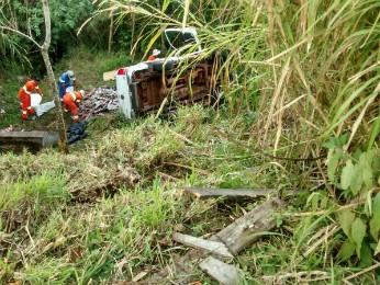 Caminhonete capotou após sair da pista na BR-376, em Mauá da Serra (Foto: Divulgação/Polícia Rodoviária Federal)