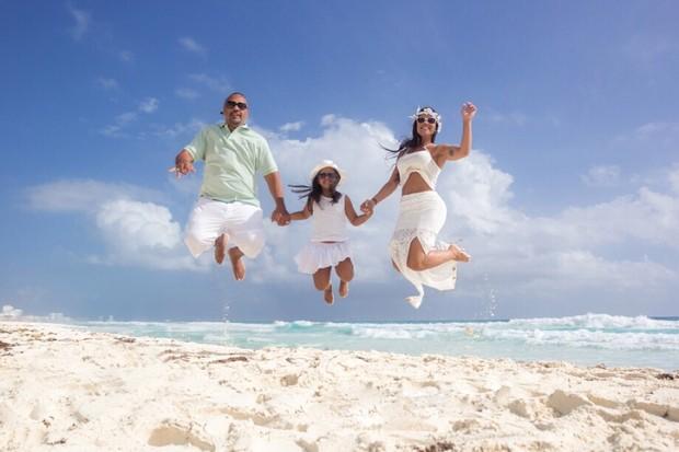 Rômulo Costa e Priscila Nocetti em Cancun com a filha (Foto: Divulgação)