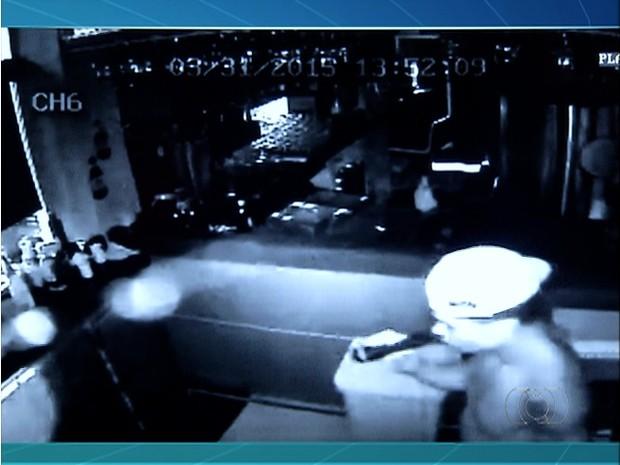 Vídeo flagra ação dos homens durante roubo (Foto: Reprodução/TV Anhanguera)
