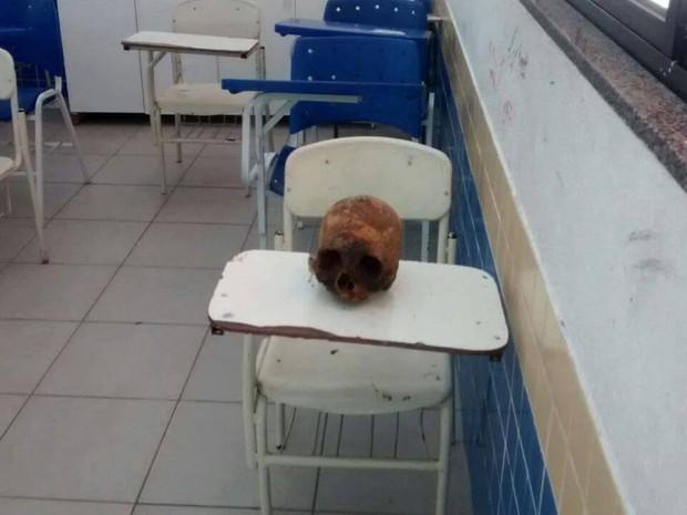 Crânio foi encontrado em escola de Cabo Frio (Foto: Blog do Eduander Silva)
