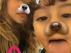 No Brasil, Sasha se diverte com os irmãos mais novos, David e Mikael