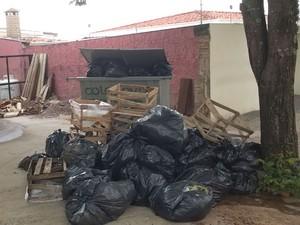 Lixo em calçada em Campinas, SP (Foto: Milton Junior/VC no G1)