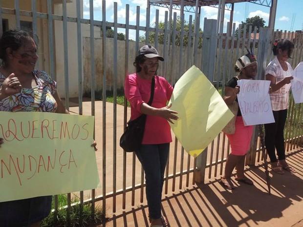 Grupo exigiu presença da PF para deixar funcionários saírem (Foto: Diogo Nolasco/ TV Morena)