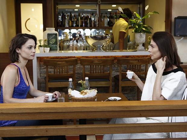 Débora conversa com Úrsula sobre Laura, a nova funcionária da revista (Foto: Fábio Rocha/Gshow)