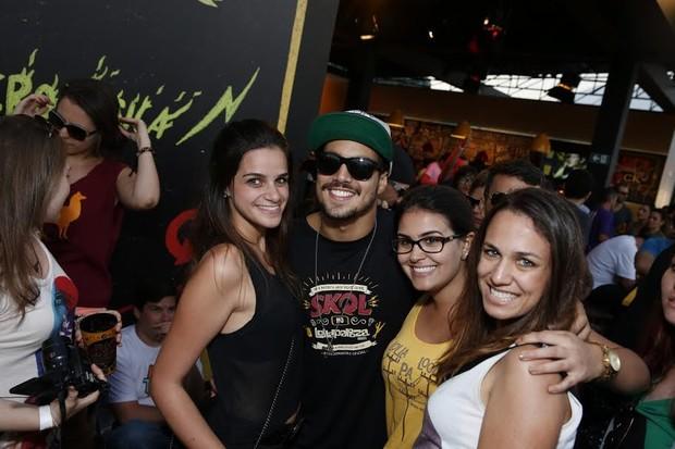 Caio Castro com fãs (Foto: Felipe Panfili/Ag.News)