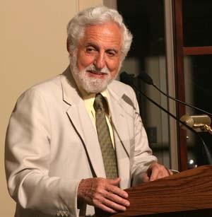 Carl Dijerassi, um dos criadores da pílula, discursa em evento realizado em 2004 (Foto: Chemical Heritage Foundation)