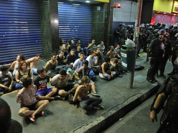 Detidos aguardam remoção para distrito policial. (Foto: Daniel Teixeira/Estadão Conteúdo)