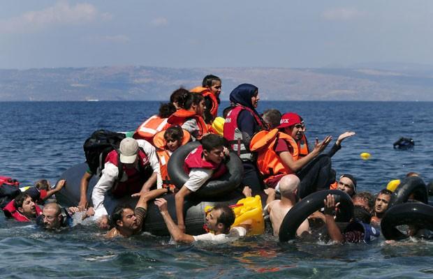 Migrantes sírios e afegãos resgatados após naufrágio de embarcação que levava cerca de 100 pessoas próxima a ilha grega. (Foto: Alkis Konstantinidis/Reuters)