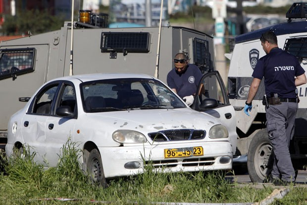Mulher foi morta ao jogar automóvel contra soldados (Foto: Mahmoud Illean/AP)