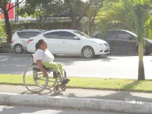 Cadeirante enfrentou ônibus lotado e longa espera na parada (Foto: Natália Souza/G1)