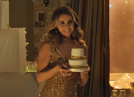 Sensual, Atena sai de dentro de bolo e canta parabéns para Romero