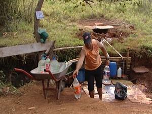 Moradores estão buscando água nas minas em Pará de Minas (Foto: Reprodução/TV Integração)