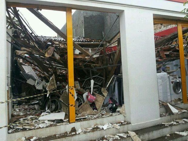 Parede cai em supermercado de Carmópolis (Foto: Netinho Pafrent/VC na TV Sergipe)