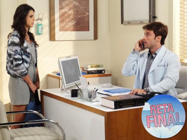 Liz chega ao consultório enquanto ele liga para a linha de ajuda (Foto: Gabriela Duarte/Gshow)