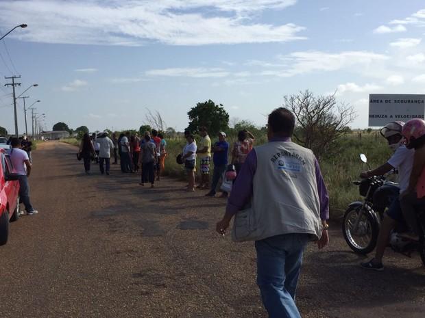Familiares esperam por notícias de presos em frente à Penitenciária Agrícola de Monte Cristo (Foto: Inaê Brandão/G1 RR)