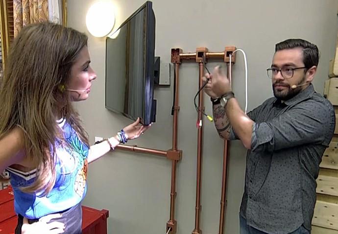 Fábio mostra opção para esconder fios com tubos de PVC (Foto: TV Globo)