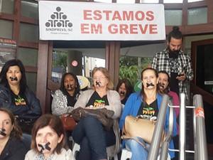 Servidores realizaram protesto contra o corte de salários de alguns servidores (Foto: Sindprevs/SC/Divulgação)