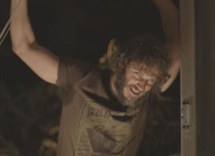 Dino invade quarto de Eliza e esfaqueia Jonatas