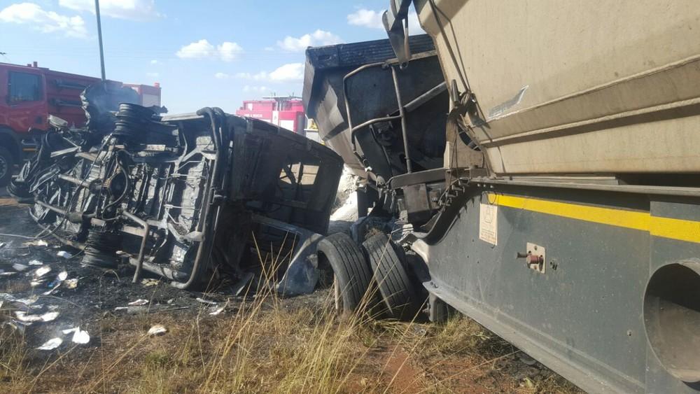Acidente que deixou ao menos 20 mortos na região de Pretória, na África do Sul (Foto: Reprodução Twitter/ER24 EMS)