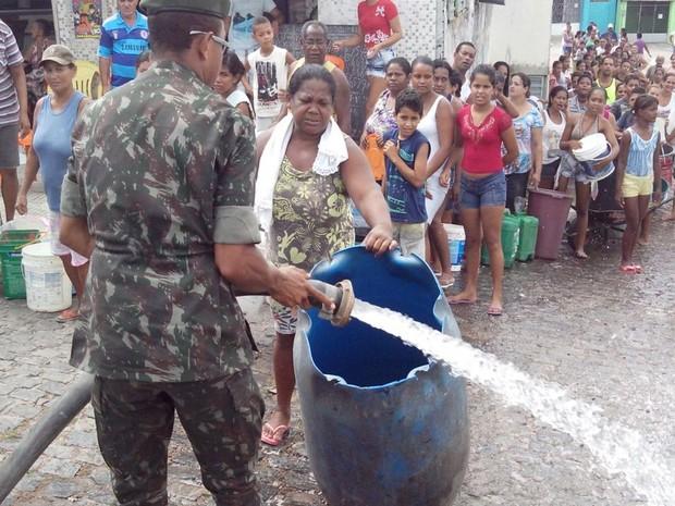 Exército leva água para comunidades sem água em Sergipe (Foto: Tássio Andrade/G1)