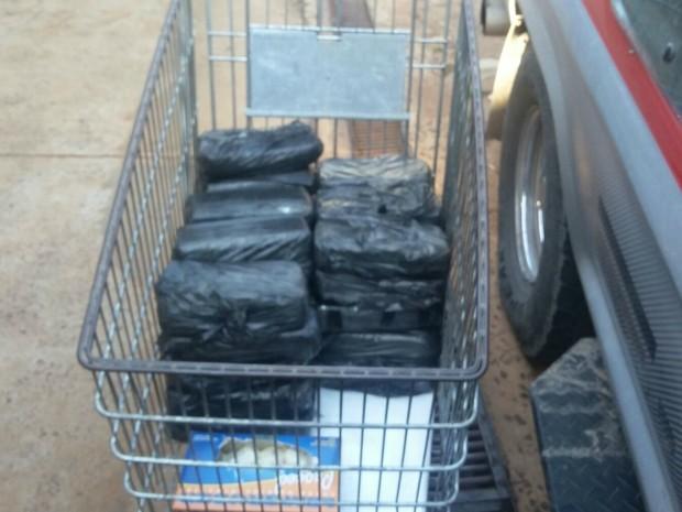 Cocaína foi escondida em fundo falso de caminhonete (Foto: Divulgação/ PRF)
