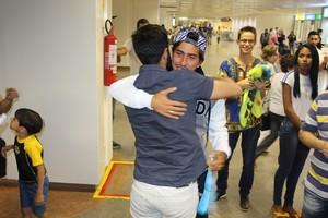 Caio Bonfim abraça o irmão na chegada a Brasília. (Foto: Lucas Magalhães)
