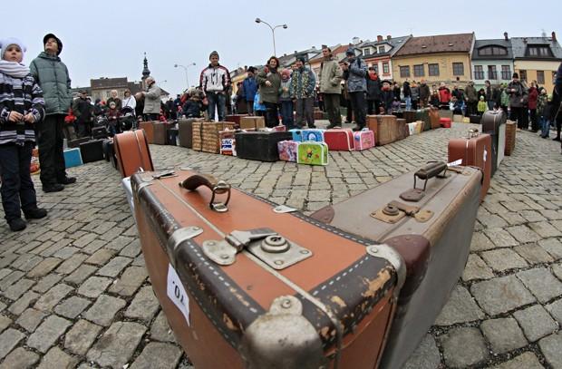 Centenas de pessoas colocaram malas em fila para estabelecer recorde na República Tcheca (Foto: Radek Mica/AFP)