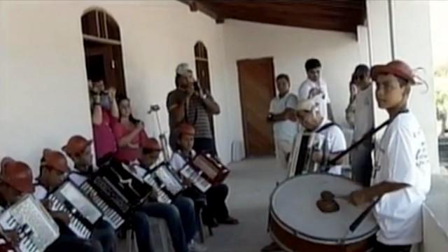 Dominguinhos tocou com crianças no Museu do Vaqueiro, no RN (Foto: Reprodução/Inter TV Cabugi)