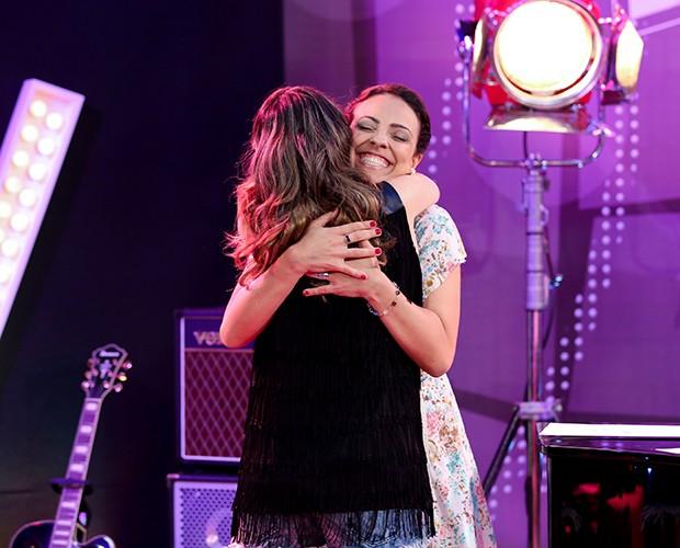 Um abraço para selar a amizade entre Karina e Millane (Foto: Isabella Pinheiro/Gshow)