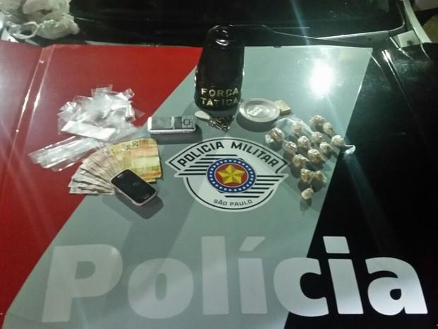 Material apreendido na caso do suspeito (Foto: PM/Divulgação)