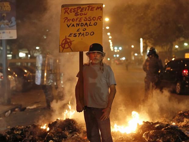Homem carrega placa pedindo respeito durante protesto no Rio de Janeiro. (Foto: Silvia Izquierdo/AP)
