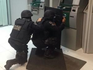 Policiais retiram explosivo (Foto: PM/SE)