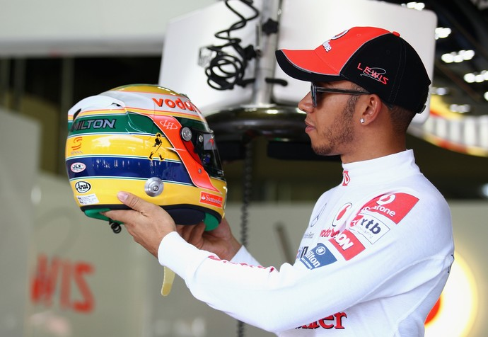 Lewis Hamilton com capacete em homeangem a Ayrton Senna no GP do Brasil de 2011 (Foto: Getty Images)