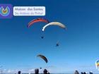 Piloto se fere em acidente entre dois paragliders durante voo; assista vídeo