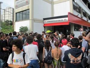 Estudantes da USP protestam em frente a delegacia após prisão de dois alunos durante reintegração de posse (Foto: Vanessa Fajardo/G1)