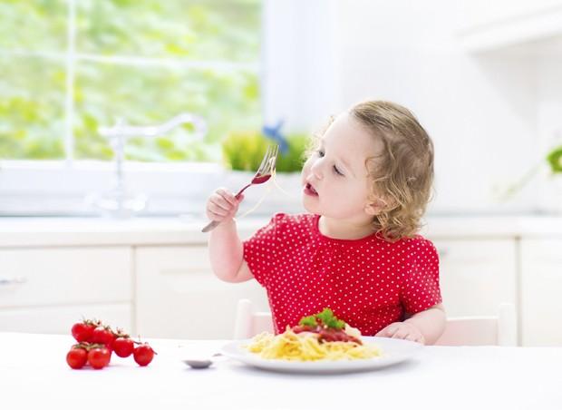 criança comendo (Foto: thinkstock)